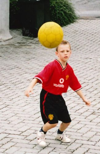 745b8e73 SOLSKJÆR PÅ DRAKTEN: Petter er Manchester United-fan. Som guttunge hadde  han Ole Gunnar Solskjærs navn på drakten. (Foto: Privat)