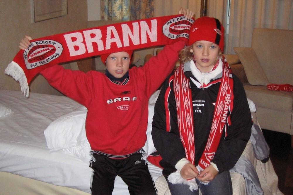 70f8441c HJERTE I BRANN: Her gjør Petter og søsteren Leni seg klar for cupfinalen i  2004 mellom Brann og Lyn. (Foto: Privat)