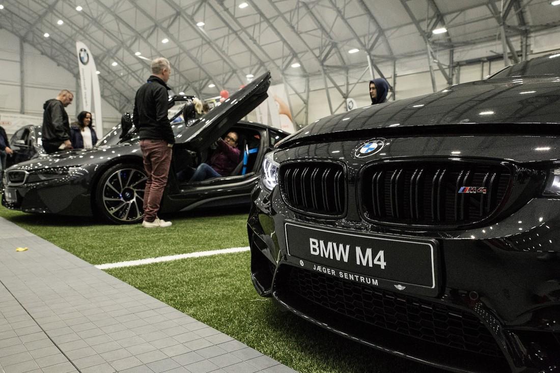 BMW i8 og BMW M4 - Jæger Sentrum