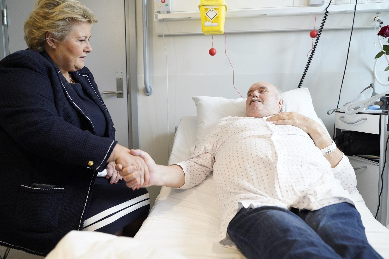 Erna Solberg snakker med pasient i nytt sykehus