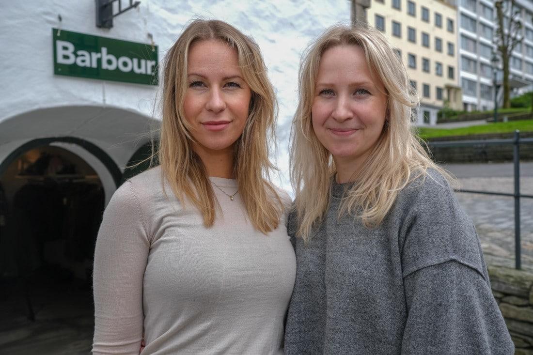 68c8273a FEMTE GENERASJON AKSDAL I MUREN: Søstrene Synnøve (t.v.) og Kristin Aksdal  er femte generasjon Aksdal i muren. – Det var vår tippoldefar, Mikal  Helgesen ...